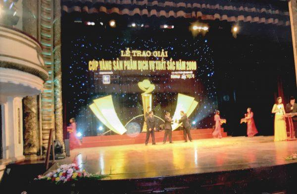 Giám đốc công ty TNHH Dân Chủ vinh dự đón nhận giải thưởng CÚP VÀNG SẢN PHẨM DỊCH VỤ NĂM 2009 tổ chức ngày 30/12/2009 tại nhà hát lớn Hà Nội.