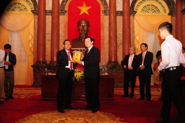 Doanh nhân Bạch Vi Chủ tiếp kiến chủ tịch nước Trương Tấn Sang tại phủ chủ tịch.