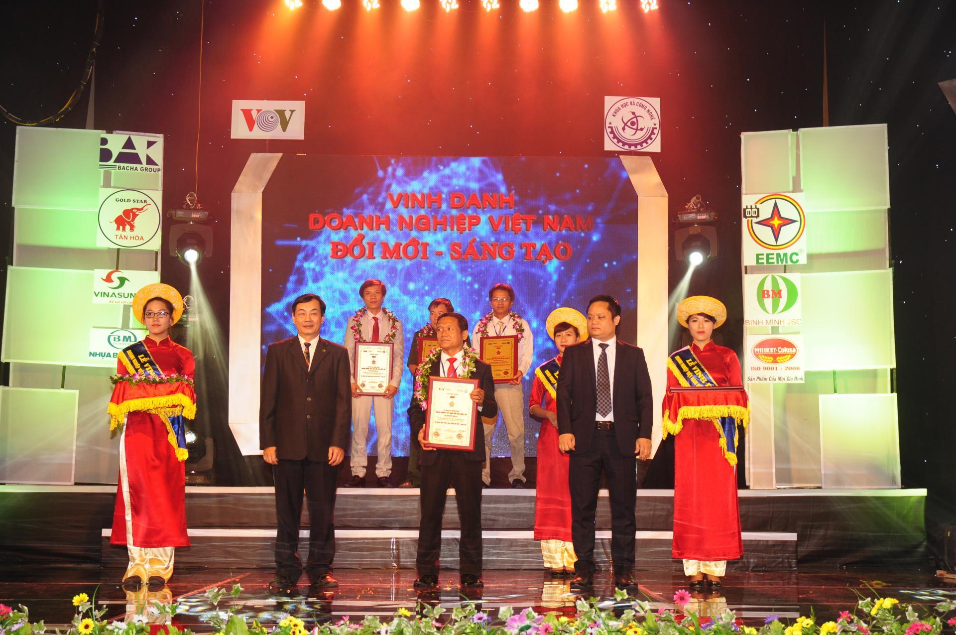 Giám đốc Bạch Vi Chủ thay mặt Công ty TNHH Dân Chủ nhận bằng tôn vinh Doanh nghiệp đổi mới sáng tạo do Bộ KHCN và đài tiếng nói Việt Nam tổ chức ngày 24/06/2014