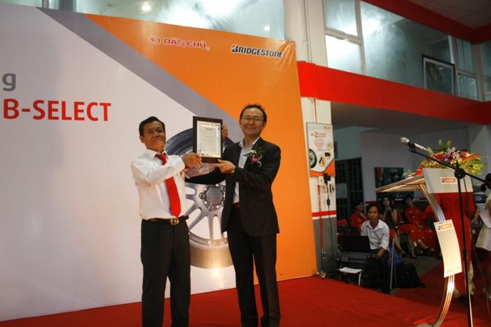 Ông Motoki trao Chứng nhận Dân Chủ chính thức trở thành Trung tâm B-SELECT
