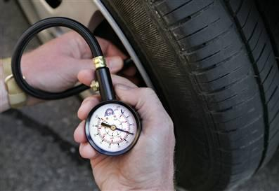 Kiểm tra áp suất lốp thường xuyên là việc rất cần thiết. Ảnh: Hanic.
