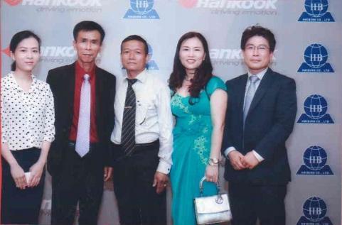 Đại diện Công ty TNHH Dân Chủ chụp hình lưu niệm tại Hội nghị