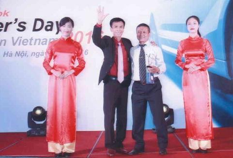 Ông Bạch Vi Chủ - Giám đốc công ty TNHH Dân Chủ lên nhận cúp vinh danh